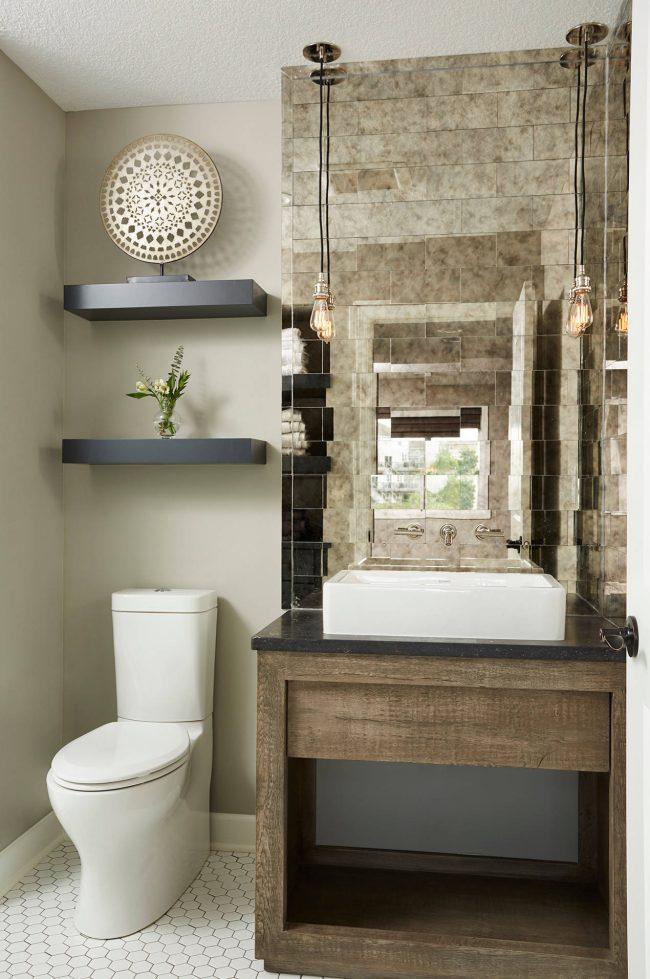 Зеркальная плитка - отличный вариант для отделки стены в гигиенической комнате