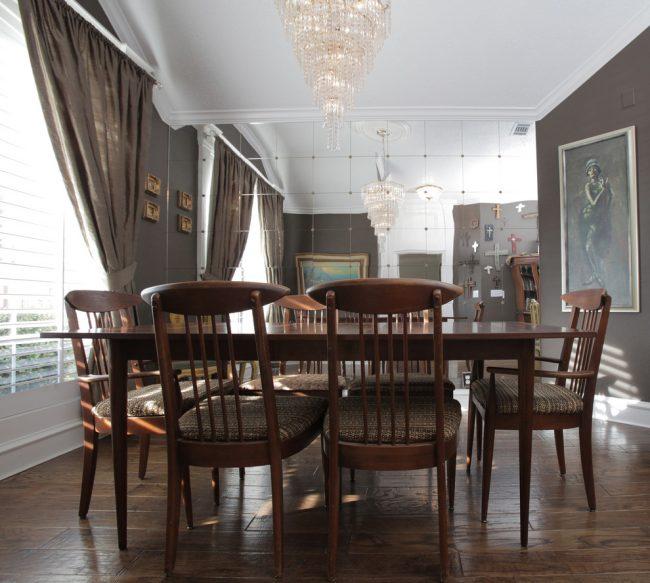 Отделка стены зеркальной плиткой в классической столовой