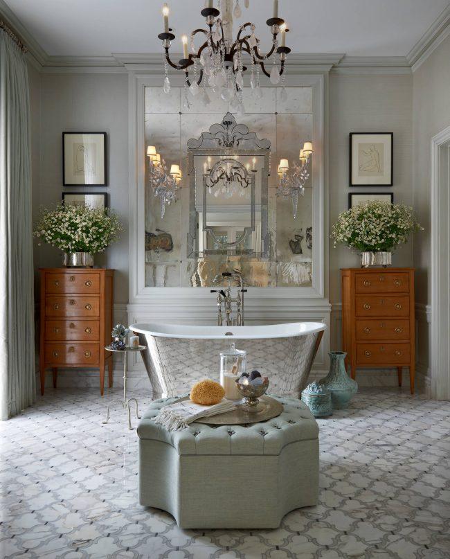 Прекрасный интерьер ванной комнаты в классическом стиле