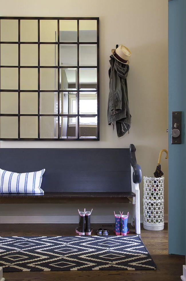Зеркальная плитка в прихожей с легкостью заменит традиционное зеркало