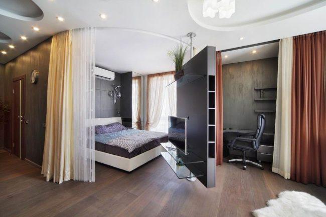 Спальня, рабочий кабинет и гостиная разделены между собой шторами