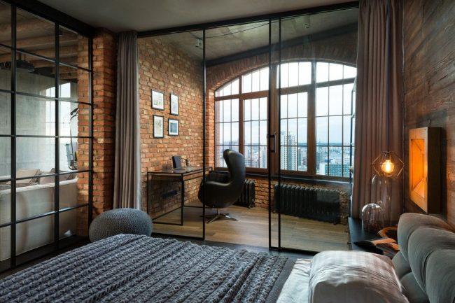 Интерьер в стиле лофт с зонированием пространства с помощью штор на рабочую зону и спальную