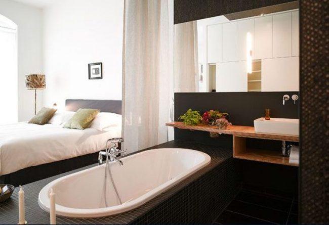 Необычный вариант зонирования ванной комнаты от спальни с помощью штор