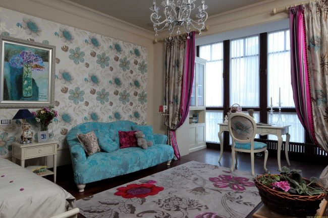 Цветные классические шторы делят пространство большой комнаты