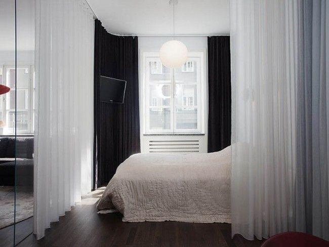 Легкие шторы и стеклянные двери позволяют заменить стены и зонировать спальню