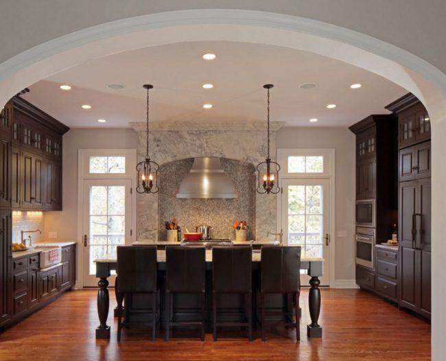 Широкая арка на кухне позволяет визуально расширить пространство комнаты