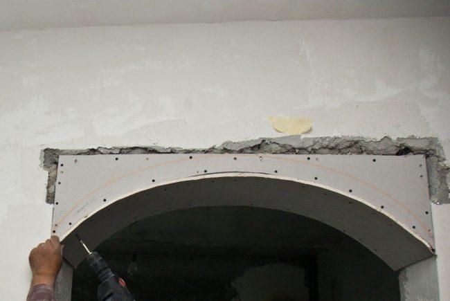 Крепление изогнутого элемента гипсокартона на арочную конструкцию