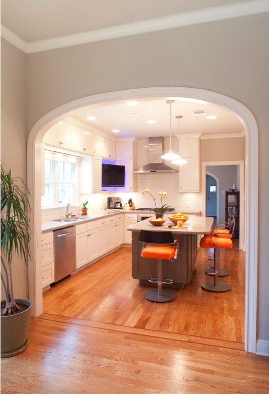 Соединение прихожей, гостиной и кухни при помощи арок