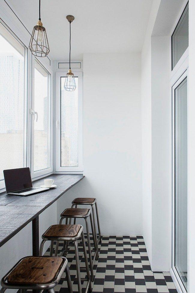 Широкий деревянный подоконник, заменяющий стол