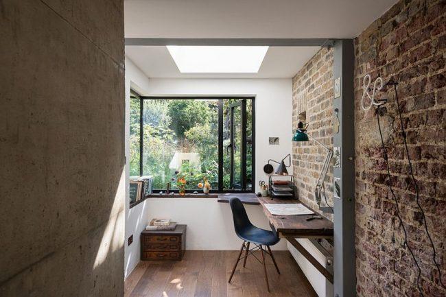 Мини кабинет на балконе с широкими подоконниками вместо стола