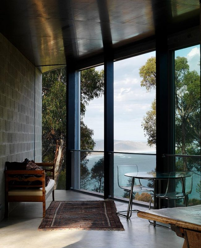 Бетонный пол на панорамной лоджии, совмещенной с гостиной