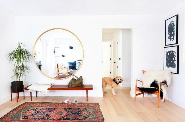 Большое зеркало в белой прихожей станет акцентом интерьера