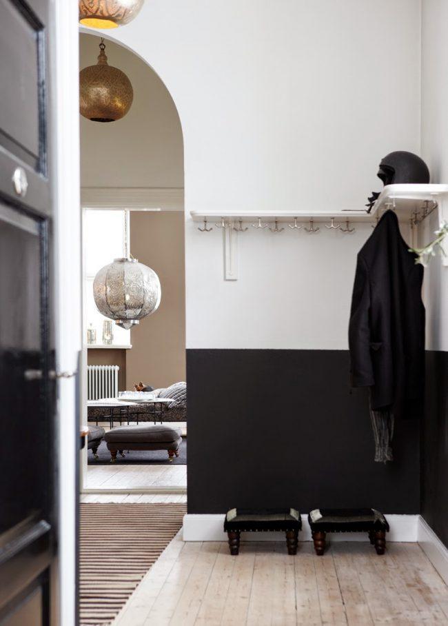 Черные панели в светлой прихожей восточного стиля