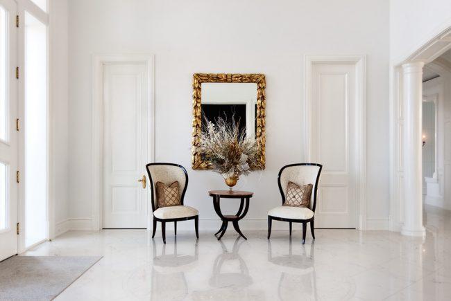 Белая прихожая: просторный холл с двумя роскошными посадочными местами