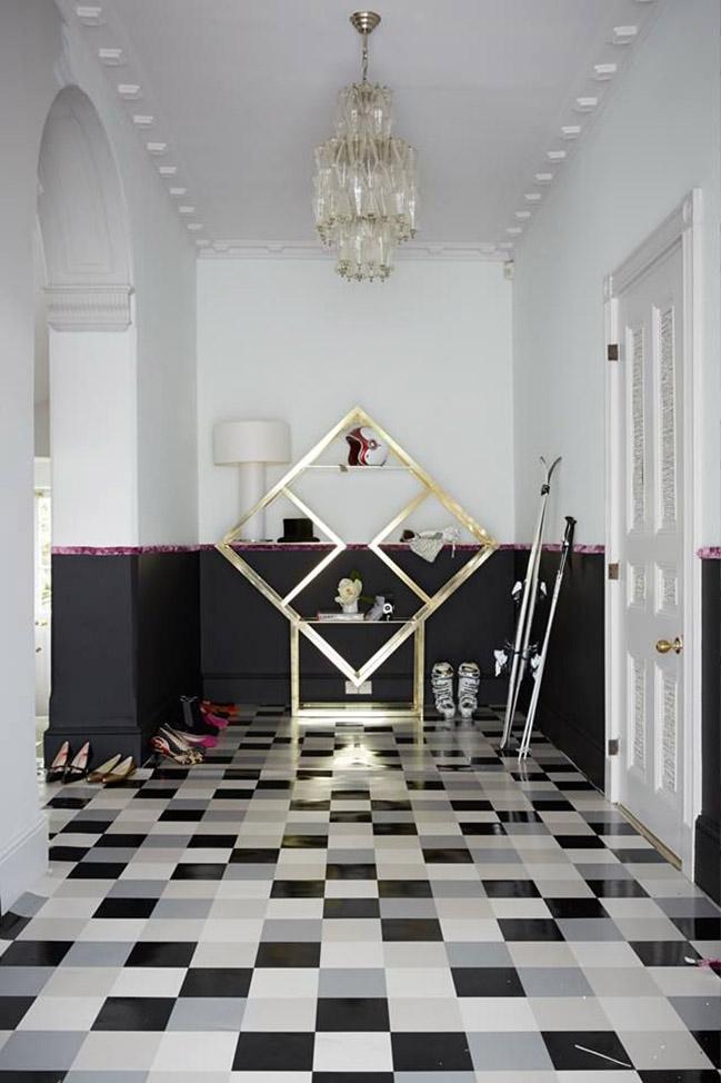 Контрастный щахматный пол из плитки в черно-белом холле