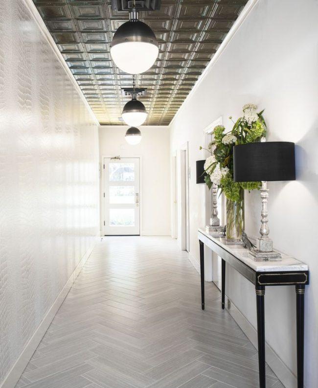Подвесной потолок из плит темного цвета украсит светлый холл
