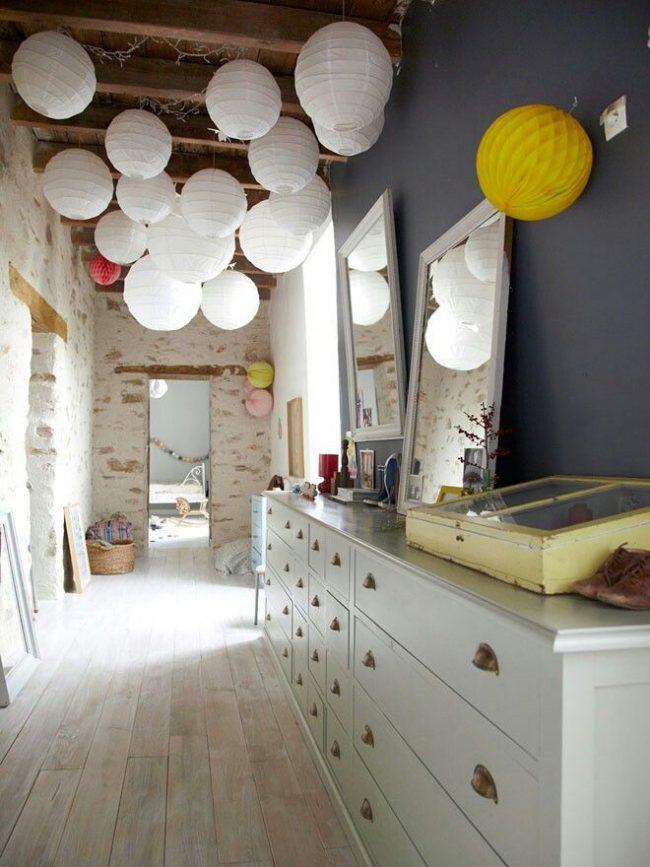 Прихожая в стиле лофт, украшенная необычными шарами