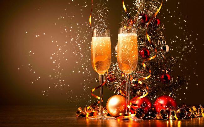 Бокалы шампанского - неизменный атрибут любого праздника - от свадьбы до Нового года