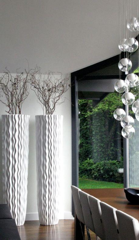 Белые цилиндрические вазы с волнообразной фактурой