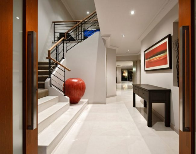 Красная ваза может стать цветовым акцентом в интерьере дома в стиле минимализм
