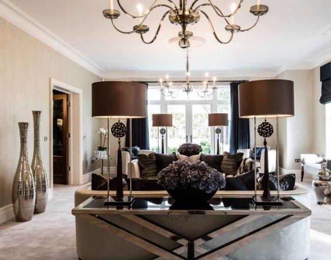 Серебристая ваза с зеркальной поверхностью в интерьере классической гостиной