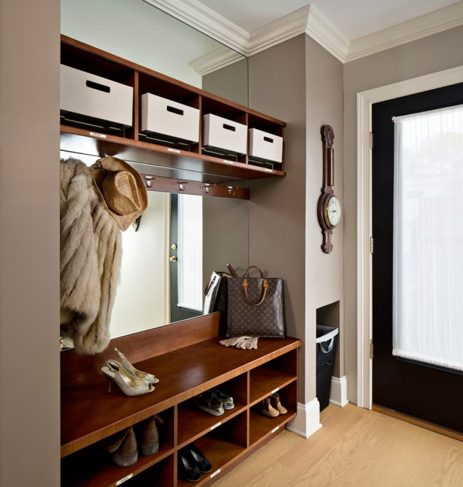 Большое зеркало, встроенное в прихожую мебель