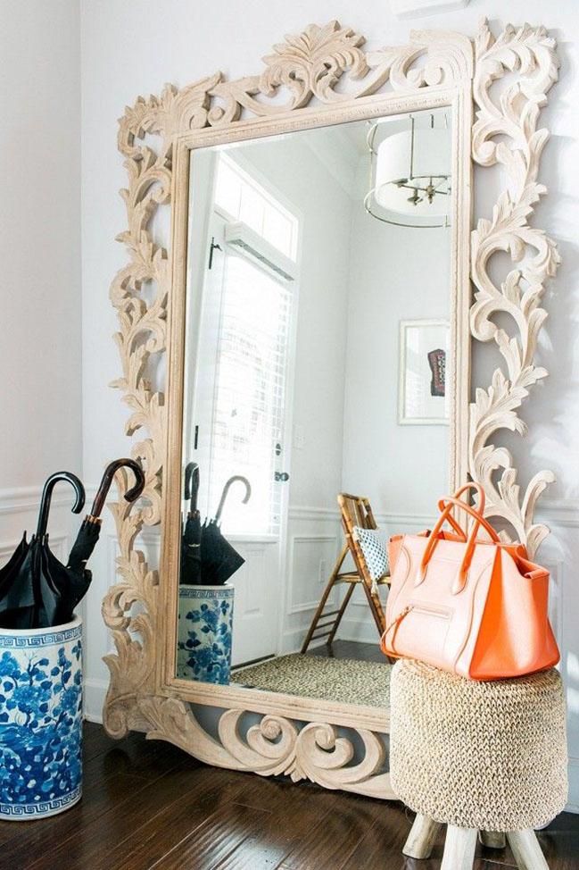 Роскошное зеркало в пол с резной рамой из светлой породы дерева