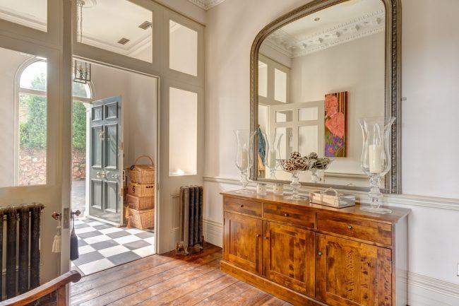 Большое зеркало в классическом стиле для прихожей
