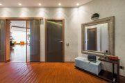 Фото 29 Большое зеркало в прихожей: 70 продуманных дизайнерских реализаций в интерьере