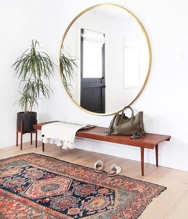 Большое круглое зеркало в скандинавском интерьере прихожей