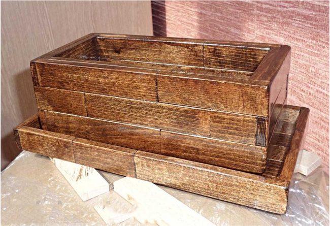Горшок для бонсай из меленьких деревянных заготовок, склеенных и покрытых лаком