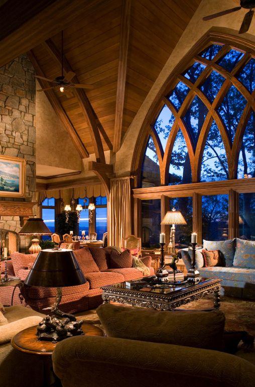 Большие окна в готическом стиле
