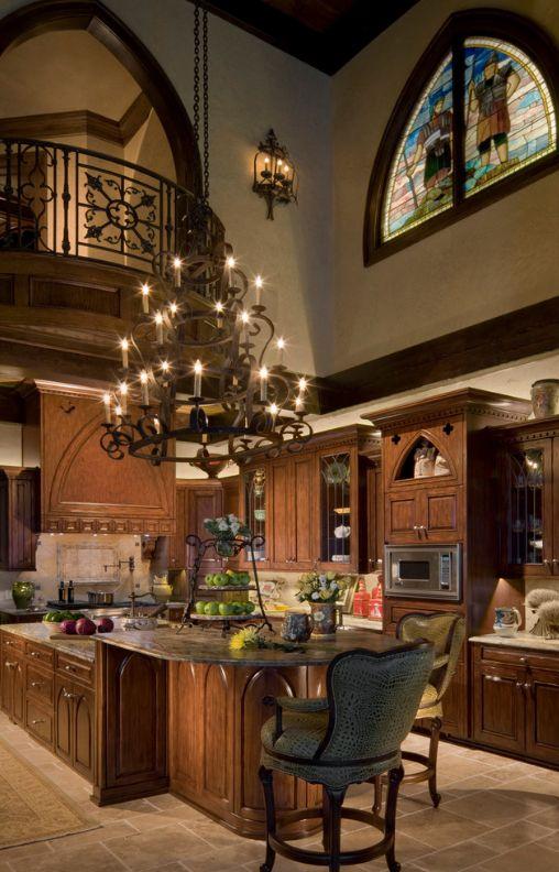 Готический стиль в интерьере: многоярусная кованная люстра подойдет для освещения комнат с высокими потолками