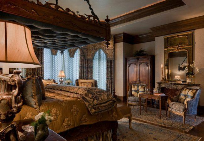 Готическая спальня: массивная кровать, дорогие ткани, зеркала, столики и ковры