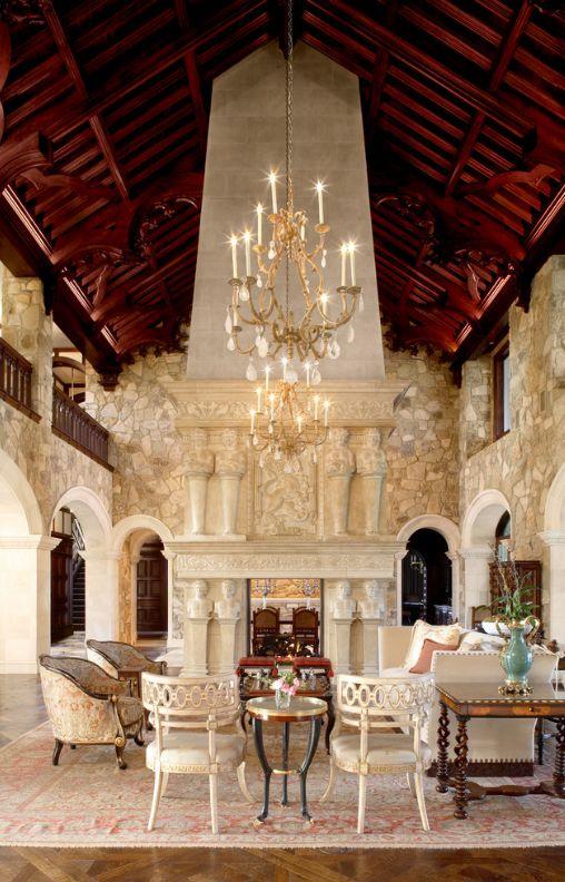 Гостиная в готическом стиле: стрелкообразный бордовый потолок, каменные стены, арки вместо дверей и мраморные антические скульптуры в качестве декора