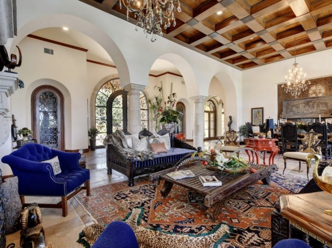 Классическая гостиная в готическом стиле: кессонный потолок, арки и каменные колоны, камин и др.