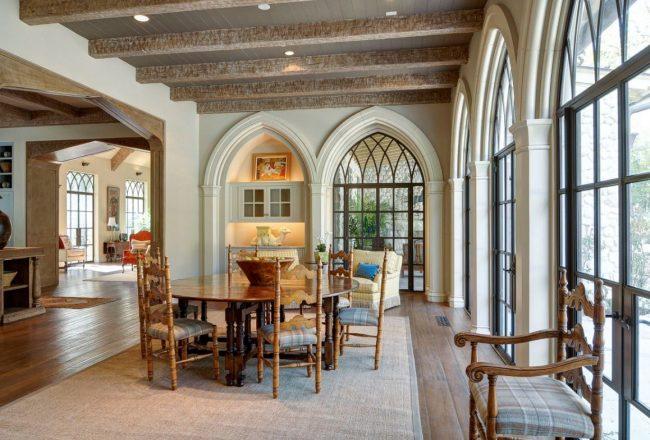 Деревянные балки на потолке в готической гостиной