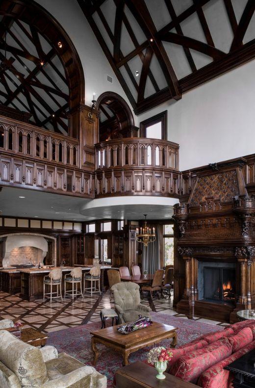 Готическая гостиная украшена резными элементами из темного дерева: перила, камин, стены и даже мебель