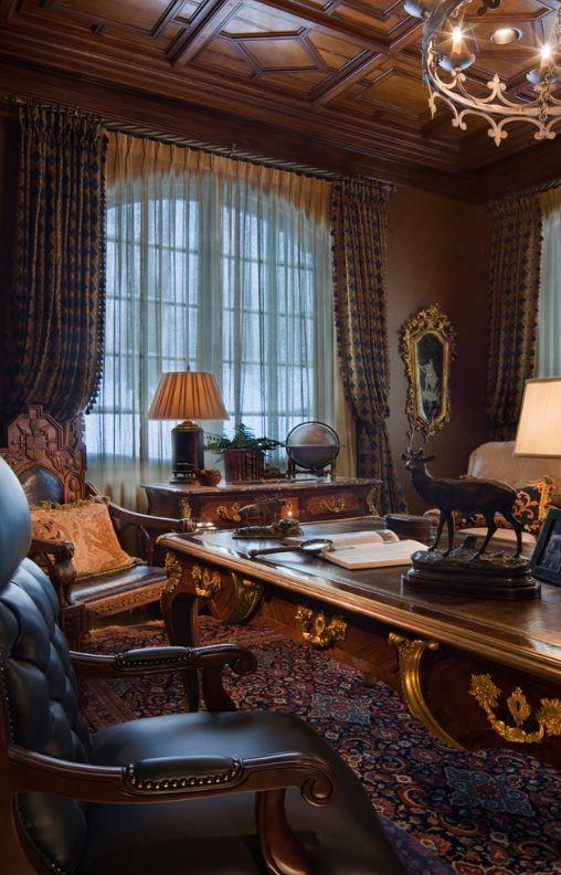Шелковые шторы станут украшением домашнего кабинета в готическом стиле