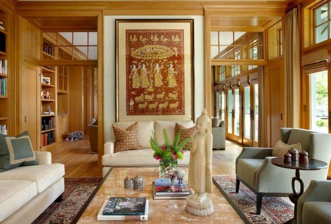 Статуя Будды и статуэтка лона в интерьере в индийском стиле