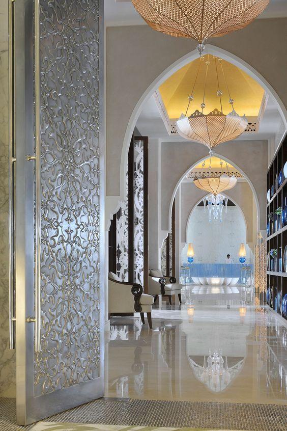 Зеркальные полы, арки вместо дверей и цветочные узоры в интерьере добавляют еще больше «легкости» и «полета» интерьерам махараджей