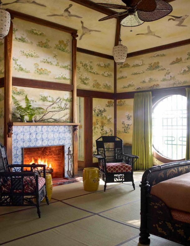 Китайский стиль в интерьере махараджей: рисунки животных на потолке и стенах, камин с бело-синей росписью, кованные стулья и окно круглой формы