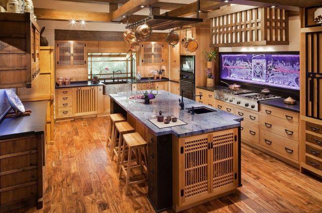 Кухня в японском стиле: использование дерева в отделке, кухонном гарнитуре, мраморная столешница и расписной фартук