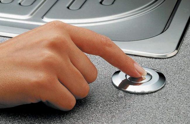 Пневматическая кнопка для включения измельчителя, встроенная в столешницу возле раковины