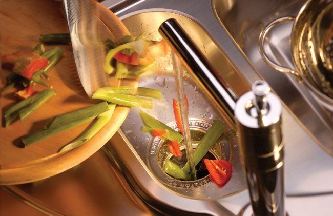 Измельченные пищевые отходы удаляются в канализацию вместе с водой