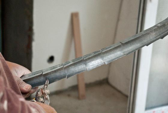 Изготовление из металлопрофиля дугообразный профиль: делаем надрезы