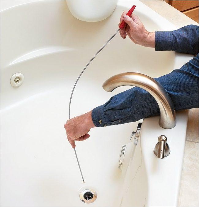 Как почистить засор в ванной: сантехнический трос- это плотная проволока в форме спирали
