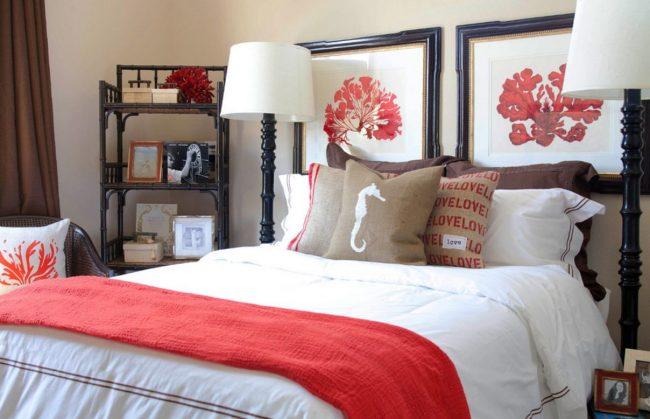 Диптих в спальне можно разместить по всей длине изголовья кровати