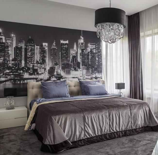 Картина с изображением городского пейзажа, например Нью-Йорка, впишется в интерьер современной спальни