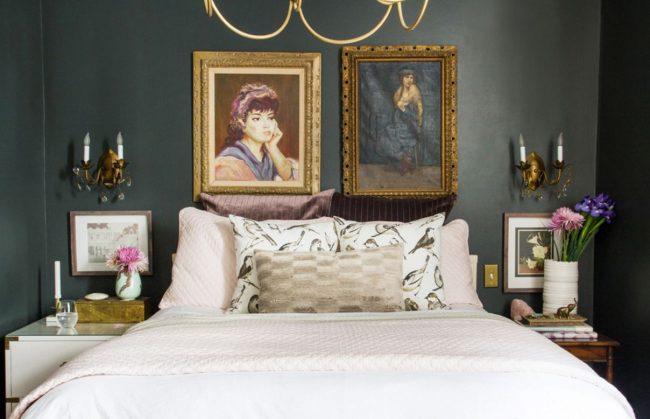 Картины с портретами в классической спальне